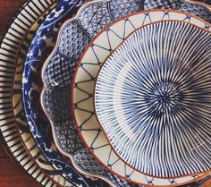 Blue and white patterned crockery Ceramic Plates, Ceramic Pottery, Ceramic Art, Keramik Design, Blue Dishes, Plates And Bowls, Blue Plates, Kitchenware, Dinnerware