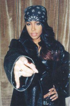 aaliyah-style-bandana-lamoda des années 90 - New Sites Style Aaliyah, Rip Aaliyah, Aaliyah Outfits, Aaliyah Costume, Jenifer Lopes, Hip Hop Fashion, 2000s Fashion, Fashion Outfits, Mode Hip Hop