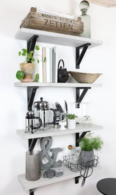 Lidt tips til hylde styling Small Space Kitchen, Small Space Storage, Living Room Kitchen, Kitchen Decor, Shelving Design, Interior Decorating, Interior Design, Classic Interior, Modern Kitchen Design