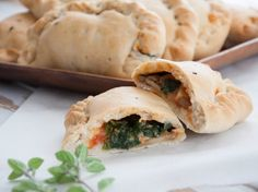 Recipe for vegan Mini Calzones - filled with spinach, mushrooms, tomato sauce and homemade vegan cheese. Delicious and perfect for parties!