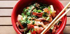 Calamari picanti la tigaie cu ardei iute, usturoi, ceapa. Calamari, Japchae, Ramen, Seafood, Tableware, Ethnic Recipes, China, Sea Food, Dinnerware