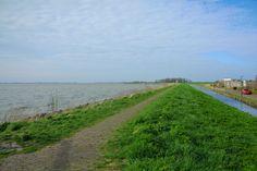 Aldeia pesqueira de Marken, vendo-se um canal e um antigo caminho de pedras. A vila fica no município de Waterland, na província de Holanda do Norte, Países Baixos.  Fotografia: Yulia Kuprina.