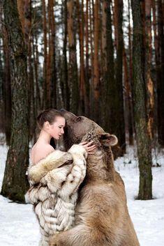 Лидия Фетисова и медведь Степан В фотосессии приняли участие модели Мария Сидорова и Лидия Фетисова, но бесспорной его звездой, конечно же, стал 650-килограммовый медведь по имени Степан. Данные фотографии были сделаны в подмосковном заснеженном лесу талантливым российским фотографом Ольгой…