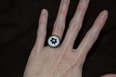 Weißer Bronze-Ring aus fimo mit einer schwarze Blume