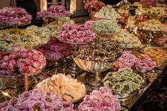 Casamento clássico: mesa de doces com forminhas em tons pastel