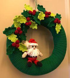 Crochet Christmas Wreath, Crochet Wreath, Christmas Crochet Patterns, Xmas Wreaths, Holiday Crochet, Christmas Knitting, Christmas Crafts, Crochet Flower Tutorial, Crochet Decoration
