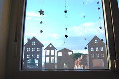 Decoración navideña para ventana casera con estilo nórdico