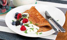 A banana é fonte de fibra, potássio e vitamina B6. Experimente-a nesta deliciosa panqueca com gelado de iogurte e frutos vermelhos. Allrecipes, Brunch, Breakfast, Ethnic Recipes, Bananas, Food, Plantain Pancakes, Sweet Pastries, Clean Eating