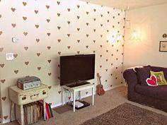 Corazones dorados en la pared (puedes hacerlos con washi tape, ¡no dejan marca!) #SanValentin #DIY