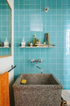 Salle de bains aux couleurs pastels et baignoire originale.