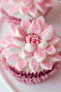 Marshmallow Flower Cupcakes - Beautiful, delicious and fun! A tutorial on the amazingly quick and simple way to decorate stunning cupcakes!