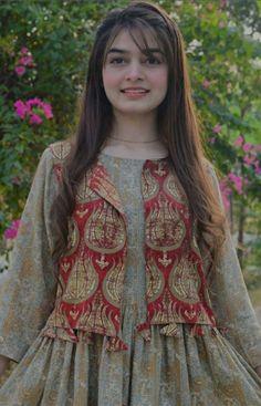 Pakistani Party Wear Dresses, Simple Pakistani Dresses, Pakistani Fashion Casual, Designer Party Wear Dresses, Indian Fashion Dresses, Kurti Designs Party Wear, Pakistani Dress Design, Pakistani Bridal, Stylish Dresses For Girls