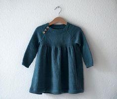 #Birkkjole En feminin kjole med sving i skørtet, og en dejlig rummelig pasform. Kjolen strikkes oppefra og ned, med raglanudtagninger. På forstykket strikkes vævstrik, som giver en flot struktur, og under dette strikkes en ribkant for at give god, tæt pasform før det store skørt. Der er indlagt vendepinde over ryggen for at forhøje nakken. Skørtet falder smukt og kjolen er dejlig behagelig at have på. En hverdagsklassiker til alle piger der elsker kjoler. Størrelser 0 (3) 6 (12) 18 (24) m...