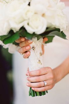 Wrap your bouquet in the same fabric as your mother's wedding gown | Desi Baytan Photography