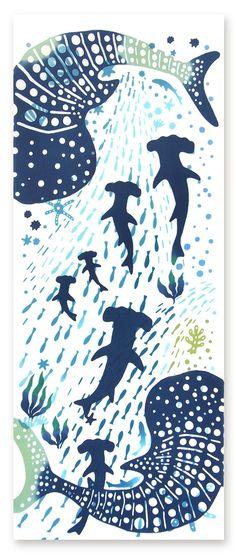 [材 質] 綿100% 〔特岡〕 [サイズ] 約 36×90 cm ※こちらの商品は注染(手染め)です。 [柄コンセプト] どこまでも、青く大きな海原で大きなじんべえさめは 悠々と、小さな魚は海流に乗って泳ぎます。