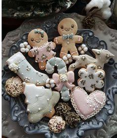 Cute Christmas Cookies, Christmas Gingerbread House, Christmas Goodies, Holiday Cookies, Christmas Desserts, Christmas Treats, Christmas Baking, Holiday Treats, Gingerbread Cookies