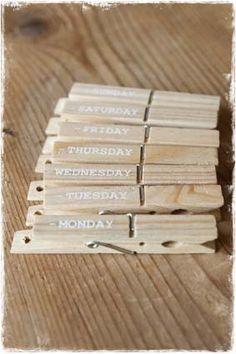 Wasknijpers voorzien van een gaatje, waardoor ze makkelijk zijn op te hangen. Ook staan de weekdagen op de knijpers vermeld. Handig voor bij de weekkalender of  memobord in de keuken of op je werkplek. #wasknijper, #knijper, #memobord, #weekagenda, #weekkalender, @janenjuup