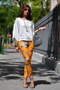 el blog de Silvia - Streetstyle - Pantalón flores capri Zara y blusa manga japonesa