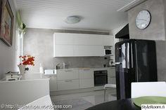 keittiöremontti,valmis keittiö,mikrolaasti,smeg,keittiö New Kitchen, Bathroom Lighting, Kitchen Cabinets, Haku, Furniture, Home Decor, Google Search, Bathroom Light Fittings, Bathroom Vanity Lighting