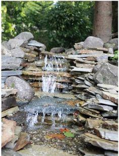 Waterval van flagstones en zwerfkeien