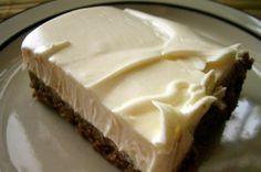 …απλά υπέροχο!!! Τι χρειαζόμαστε: 250 γρ μαργαρίνη 2 κουβερτούρες 5 κουταλιές σούπας κορν-φλάουρ 1 γάλα εβαπορέ μεγάλο 1 ποτήρι νερό μεγάλο 5 κουταλιές γλυκού ζάχαρη 2 πακέτα πτι-μπερ μπισκότ… Chocolate Fudge Frosting, Chocolate Desserts, Summer Desserts, Fun Desserts, Dessert Ideas, Pastry Recipes, Cooking Recipes, Greek Cake, Low Calorie Cake