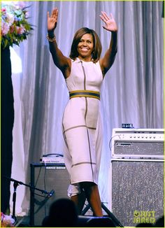 Michelle Obama Pushes for Arts in School at Grammy Luncheon: Photo Michelle Obama waves to the crowd while attending The Grammy Museum's Jane Ortner Education Award luncheon on Wednesday afternoon (July at The Grammy Museum… Michelle Obama Flotus, Barak And Michelle Obama, Michelle Obama Fashion, Barack Obama Family, Obamas Family, Presidente Obama, Malia And Sasha, American First Ladies, Style Africain