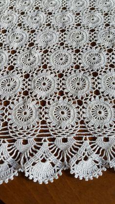 Tığla örülmüş sehpa örtüsü. Chunky Crochet, Crochet Motif, Crochet Doilies, Crochet Shirt, Manta Crochet, Chrochet, Bed Covers, Crochet Projects, Crochet Dresses