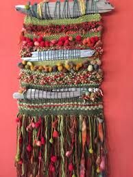 Natural hecho a mano Pin Weaving, Weaving For Kids, Weaving Art, Loom Weaving, Tapestry Weaving, Basket Weaving, Weaving Textiles, Weaving Patterns, Crochet Feather