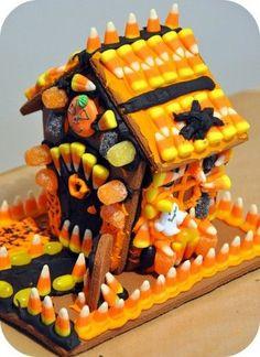 Une maison en biscuit au gingembre décorée en bonbon pour l'Halloween