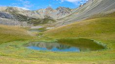 Petit Lac Escur à 2323 m. Guillestrois.  Fait partie des Lacs de l'Ascension. Au départ du Lauzet, au-dessus de La Roche-de-Rame.