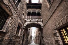 Barrio Gótico de Barcelona - Uno de los barrios más conocidos. ( ! HAY QUE TENER COJONES PARA PONER ESTA IMAGEN COMO REPRESENTACIÓN DEL BARRIO GÓTICO DE BARCELONA! ) Con esta foto queda claro que es en realidad el barrio gótico de Barcelona: todo un engaño publicitario.