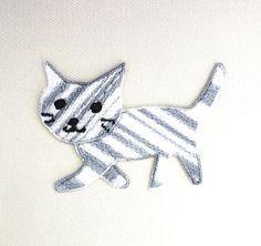 猫の刺繍ワッペンサバトラのつもり。縦4.5cm 横6.5cmくらいアイロン接着できますが 洗濯するものには縫い付けたほうが安心です実際の色と同じように見えるよ...|ハンドメイド、手作り、手仕事品の通販・販売・購入ならCreema。