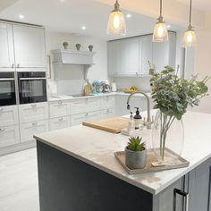 Modern Shaker Kitchen, White Shaker Kitchen Cabinets, Grey Kitchen Island, Navy Kitchen, Two Tone Kitchen, Open Plan Kitchen Dining Living, Open Plan Kitchen Diner, Grey Kitchen Designs, Interior Design Kitchen