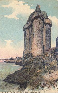 Saint Servan.  La tour Solidor (1382) fut construite par Jean IV, Duc de Bretagne, alors en conflit avec l'évêque de Saint-Malo. Elle fut utilisée successivement pour garder l'estuaire de la Rance (elle s'appelait à l'origine Stiridor : Porte de la rivière), comme caserne puis comme prison. Elle a même été dotée d'un télégraphe Chappe et servit de sémaphore. Elle fut cédée à la ville de Saint-Malo en 1969 pour en faire un musée dans lequel l'amicale des capitaines au long-cours[...] Saint Servan, Duc, Prison, Barcelona Cathedral, Comme, Saints, Tours, Travel, Mists
