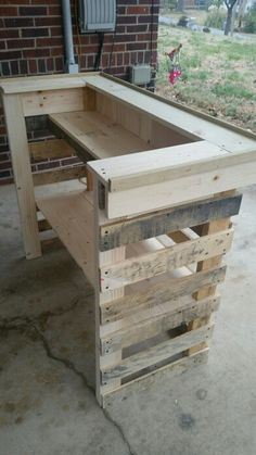 Wood Pallet Bar, Wood Pallet Furniture, Outdoor Furniture Design, Diy Home Bar, Diy Bar, Cool Woodworking Projects, Diy Pallet Projects, Building A Floating Deck, Indoor Bar