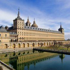 """Monasterio de """"El Escorial""""  El palacio fué residencia de la familia real española y la basílica funge como lugar de sepultura de los reyes de españa."""