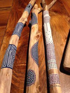 Sticks of Words - französische Kreationen u . Painted Driftwood, Driftwood Art, Diy And Crafts, Arts And Crafts, Kids Crafts, Spirit Sticks, Deco Nature, Driftwood Projects, Stick Art