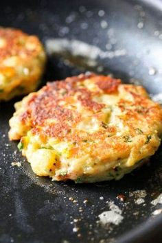 This recipe for Loaded Mashed Potato Cakes is the perfect use for leftover mashed potatoes! Everyone raves about these potato pancakes and beg for more! Loaded Mashed Potato Cakes Jessica Smith [[Yumminess]] This recipe for Loaded Mas Fried Mashed Potatoes, Instant Mashed Potatoes, Loaded Mashed Potatoes, Mashed Potato Recipes, Potato Dishes, Fried Potato Cakes, Cheesy Potatoes, Baked Potatoes, Recipe For Potato Cakes
