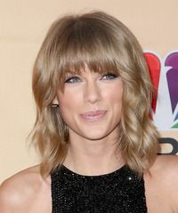 Taylor Swift Medium Wavy Casual Hairstyle with Blunt Cut Bangs - Caramel Blonde Hair Color - Lobfrisuren Virtual Hairstyles, Try On Hairstyles, Casual Hairstyles, Celebrity Hairstyles, Medium Hair Cuts, Short Hair Cuts For Women, Medium Hair Styles, Medium Cut, Caramel Blonde Hair