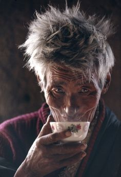 Enjoying a cup of tea - Tibet Kazuyoshi Nomachi