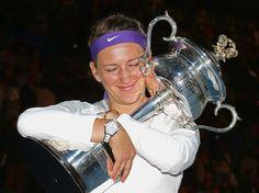 Nach überwundenem Schock über den Sieg im Finale der Australian Open lässt Victoria Azarenka ihrer Freude freien Lauf. Den Pokal knuddelt die Weißrussin immer und immer wieder. (Foto: Mark Dadswell/dpa)