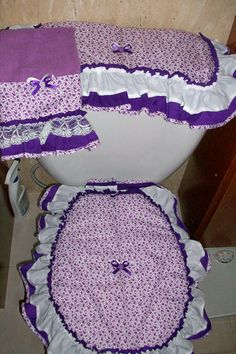 Juego de Baño (Bathroom set) Bathroom Crafts, Bathroom Sets, Sewing Projects, Projects To Try, Toilet Bowl, Seat Covers, Lily, Cushions, House Design