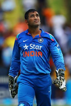 Mahendra Singh Dhoni Photos - MS Dhoni of India looks up to the sky as rain falls during the One Day International match between New Zealand and India at Seddon Park on January 2014 in Hamilton, New Zealand. - New Zealand v India History Of Cricket, World Cricket, India Cricket Team, Cricket Sport, Ms Doni, One Day Match, Dhoni Quotes, Ms Dhoni Wallpapers, Cricket Quotes