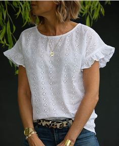 Disponible en blanc uniquement mardi 7 juin à ; Blouse Styles, Blouse Designs, Casual Outfits, Cute Outfits, Sleeves Designs For Dresses, Mode Top, Mode Style, Sewing Clothes, Casual Tops