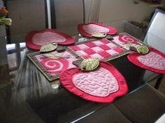 Conjunto de 4 jogos americanos em formato de maçã e um centro de mesa para acomodar as travessas. pode ser vendido separadamente, sendo R$ 30,00 cada maçã e R$ 45,00 o centro de mesa. tecido algodão com manta e apliques. As cores podem ser de acordo com sua preferência e disponibilidade de tecidos. R$ 194,70