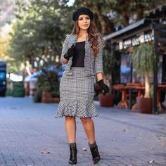{ Encantada com esse conjunto da @moniamodaevangelica } Elegante é Maravilhoso  @moniamodaevangelica Office Outfits For Ladies, Classy Outfits For Women, Suits For Women, Business Professional Dress, Professional Dresses, Work Fashion, Modest Fashion, Pinafore Dress Outfit, Clothes For Women Over 40
