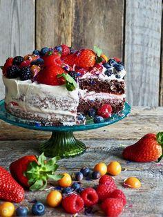 Sjokoladekake med ostekremglasur og bær  #kake #sjokolade #sjokoladekake #chocolate #chocolatecake #creamcheesefrosting  #berries #bær #festkake #bursdagskake #celebrationcakes Acai Bowl, Panna Cotta, Strawberry, Food And Drink, Chocolate, Baking, Fruit, Muffins, Breakfast
