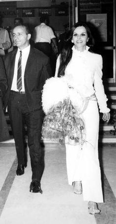Ο Γιώργος Φούντας και η Έλενα Ναθαναήλ στο Φεστιβάλ Κινηματογράφου Θεσσαλονίκης το 1968(Πατήστε, παρακαλώ, πάνω στη φωτογραφία) World Pictures, Facade House, Cinema, Actors, Celebrities, Wedding Dresses, Movies, Greeks, Vintage