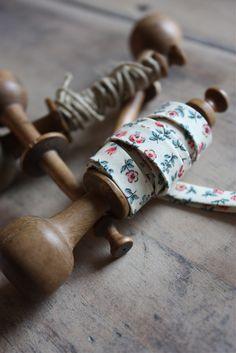 Anciennes bobines de filature en bois