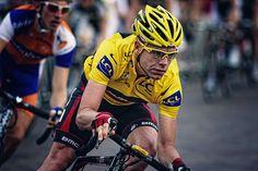 Imagen de un ciclista corredor ciclista en pleno giro de italia donde las paginas de apuestas suelen sacar cuotas muy interesantes para cada una de las etapas